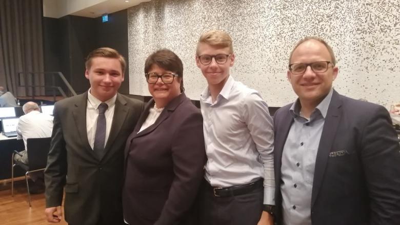 JU Tim Gottfried, Yannik Mallmes und Beigeordneter Roger Nießen gratulieren Sabine Verheyen